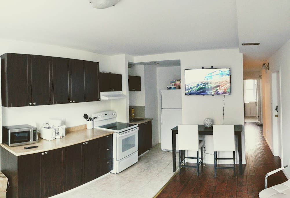 Kitchen/Dining Table/TV