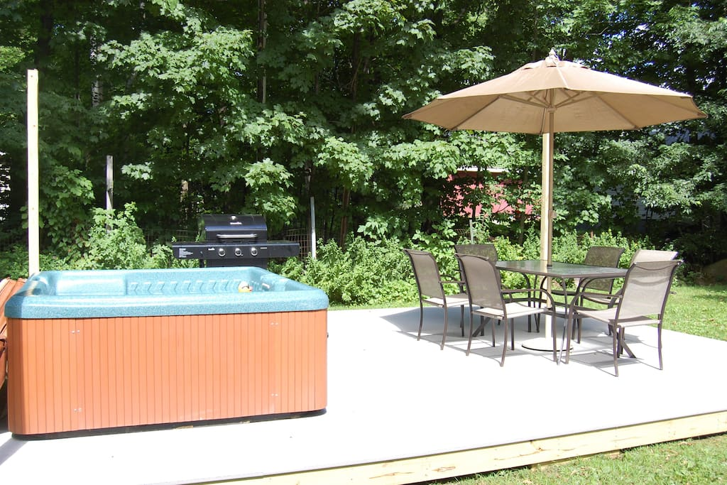 Back yard scape/deck, seating for 6 and gas grill