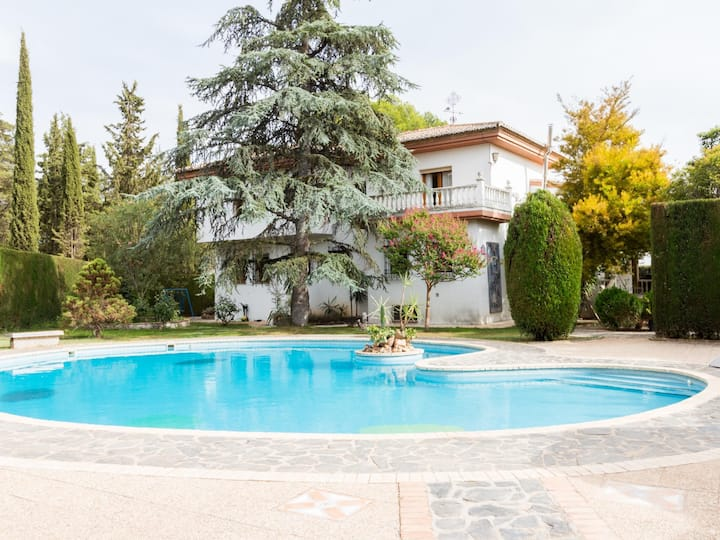 Magnificent house with pool, large garden and wifi