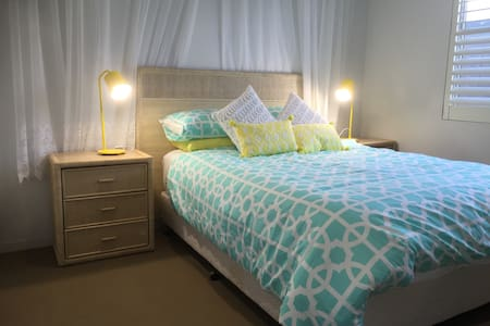Canal Home:Beautiful Queen size room with en-suite - Maroochydore - House