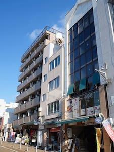 窓から松山城を眺めながら、カフェの窓際席に居るように、旅先で仕事をしたい人にオススメ。
