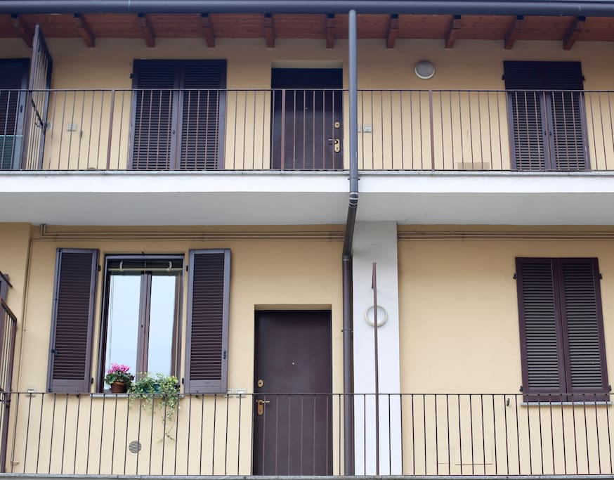 """The flat is in a typical """"casa a ringhiera""""."""