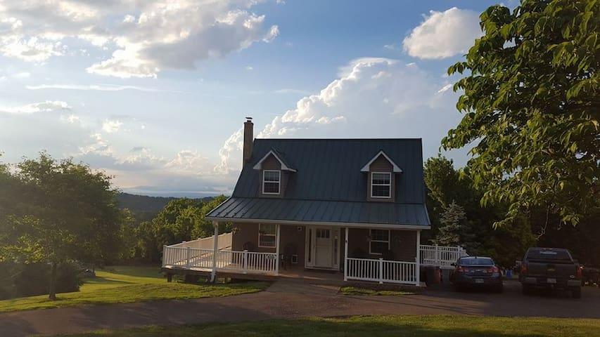 Great vistas,hillside cottage, mins 2 Skyline Dr.