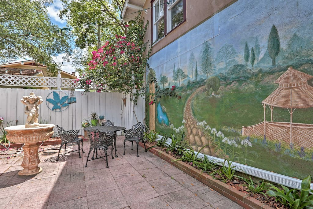 A Florida inspired mural highlights the outdoor patio.