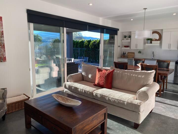 Spacious 2 bedroom suite - 5 mins from Skaha Beach