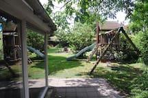 Speeltoestel in achtertuin