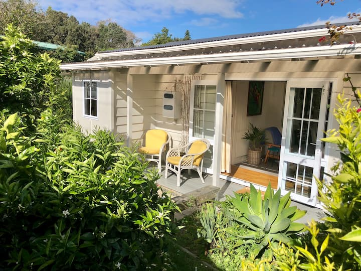 Sunny charming cottage 200m to Little Oneroa beach