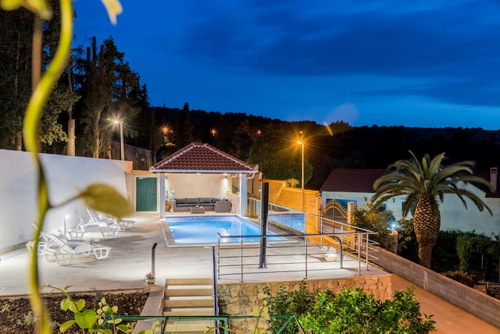 Apartment Roso 2 with a pool and a sea view