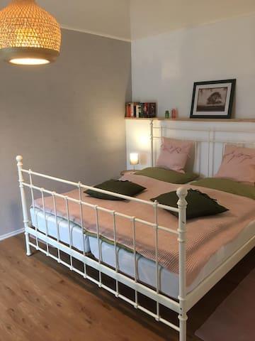Schlafzimmer mit 180x200 cm großem Bett