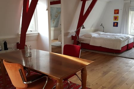 Comfortable room in a canal house in city center - Utrecht
