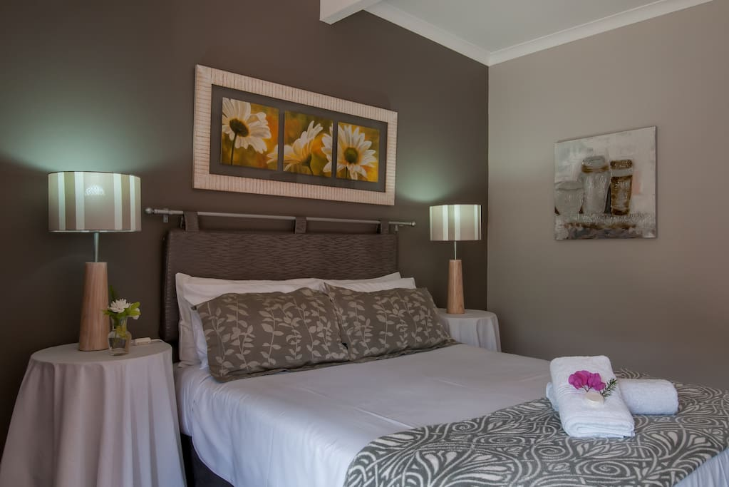 Island Room is a cosy, tastefully decorated room, it has a HD flat screen tv with DSTV package, free WIFI, en-suite bathroom with shower, heater, tea and filter coffee station, desk for working space.