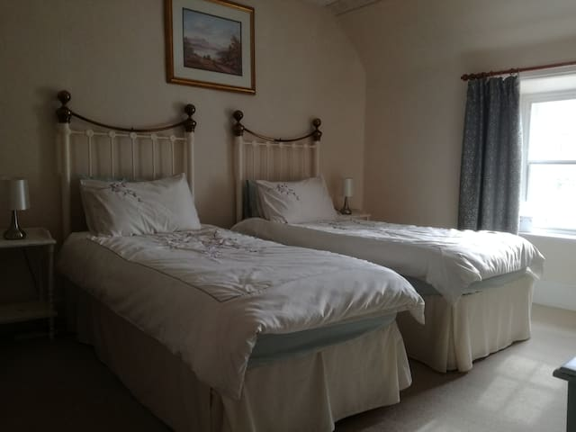 Twin-bed ensuite B&B room near Loch Ness