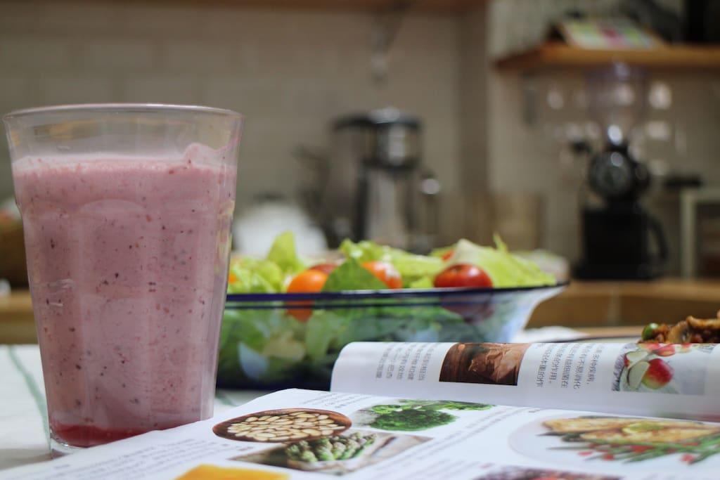 莓果酸奶与鸡胸肉沙拉,锻炼后补充点能量吧,看看书休息休息。