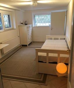 Gemütliches Zimmer mit Bad, ideal für Messegäste