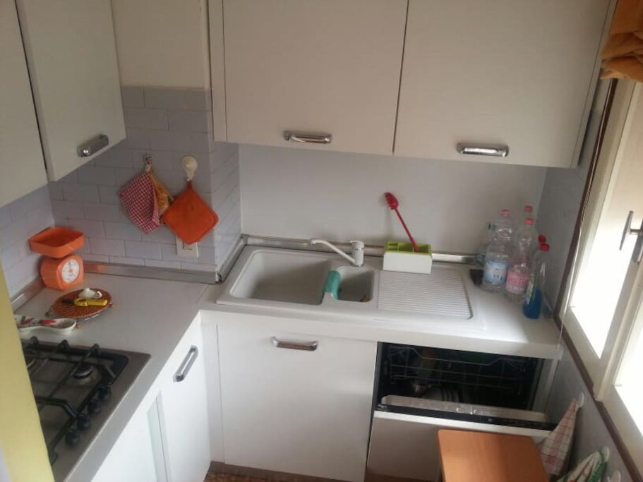 Cucinino dotato di fornello ,frigo,lavastoviglie