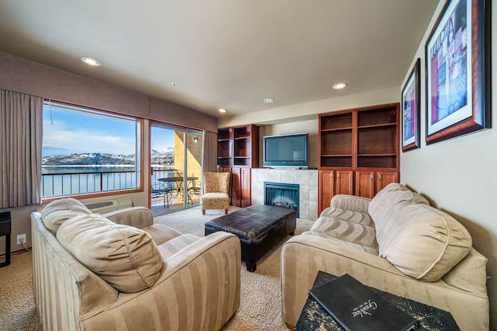Grandview Lake View 402! Luxury 2 Bedroom Waterfront condo, sleeps up to 6!
