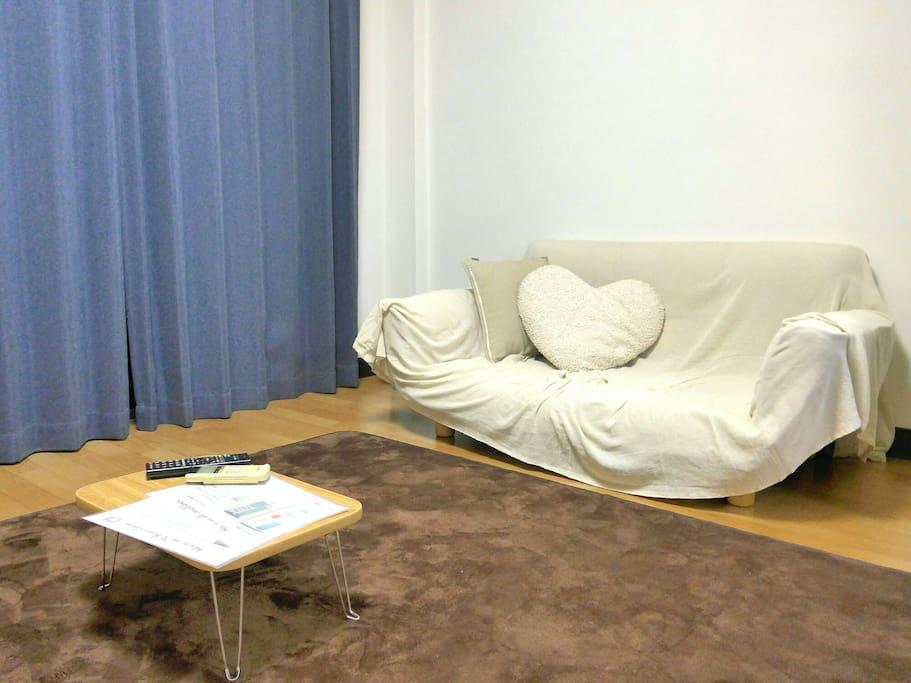 リビング(6帖) ソファ・テレビ・エアコン・テーブル等完備