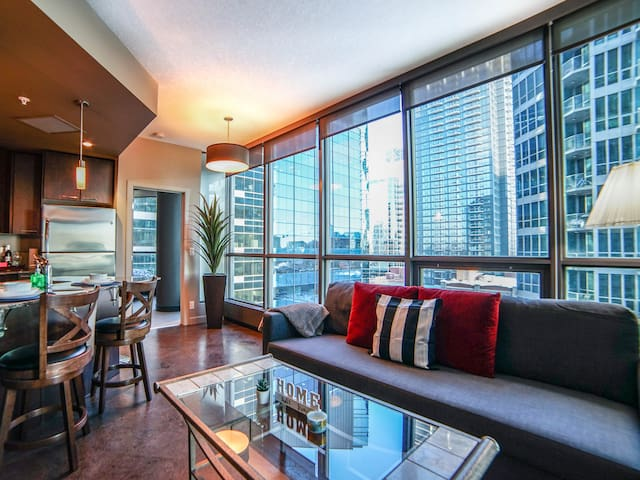 Stylish DT Condo/UG Parking & Hot Tub/Saddledome
