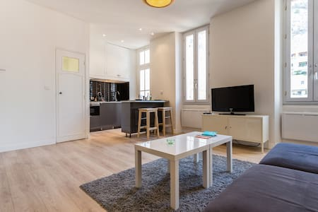 Quartier Vauban / Notre Dame de la Garde, charming T2 (37m2) quiet comfortable for you to feel like a nice hotel. A 5-minute walk from the Old Port, restaurants, boutiques..Idéal for a stay in Marseille ... See you soon!!