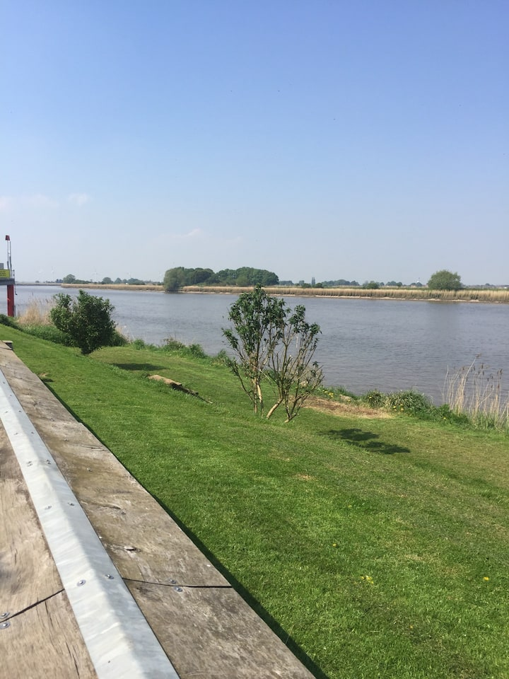 Pet & business friendly East Yorks Riverside home