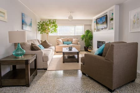 Bright, Large 2 Bedroom suite near Commercial Dr