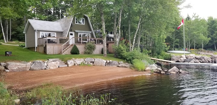 Cozy cottage on the water's edge of Lake Torment