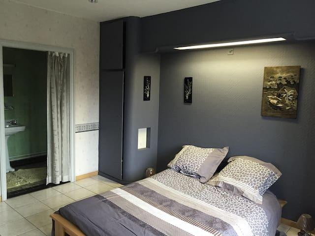 chambre avec douche  dans une villa à liége