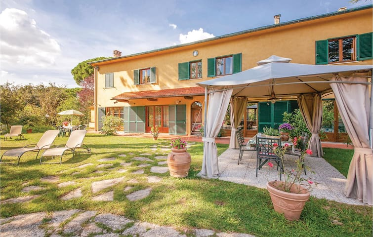 Holiday apartment with 4 bedrooms on 200m² in Crespina PI
