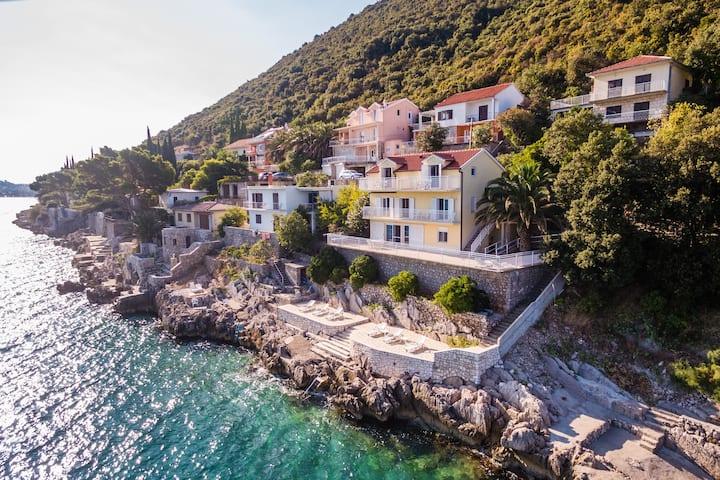 Waterfront Villa Beachhouse direct at the Sea App2