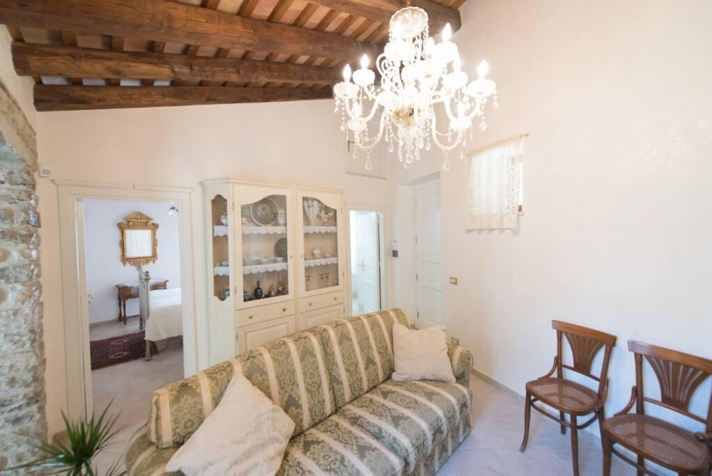 Nicolosi Vacanze : il nostro ingresso/salone spazioso e luminoso .