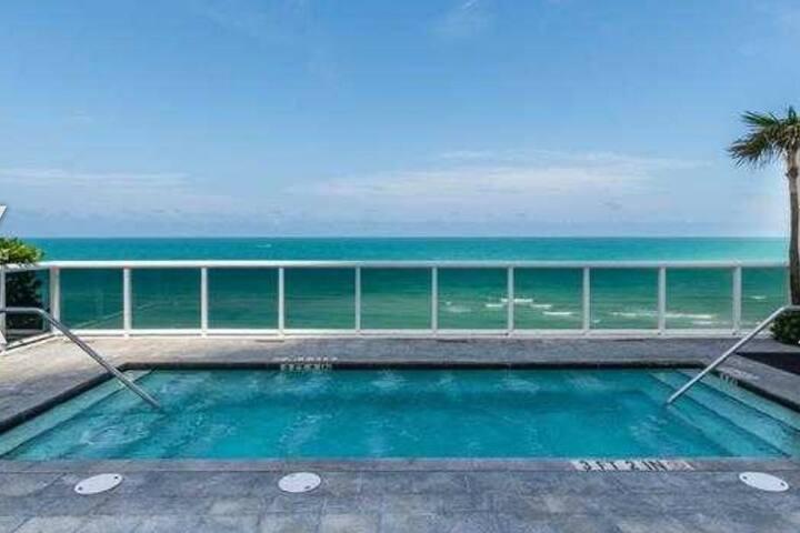 Luxurious Apartment on the Beach!