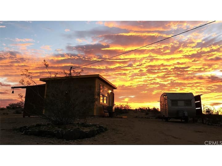 Homestead Cabin, Miles of Desert Views - WiFi, BBQ