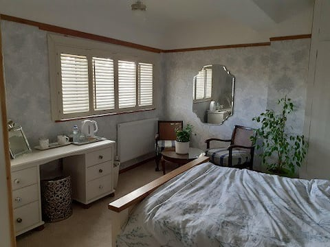 Light and airy en suite room