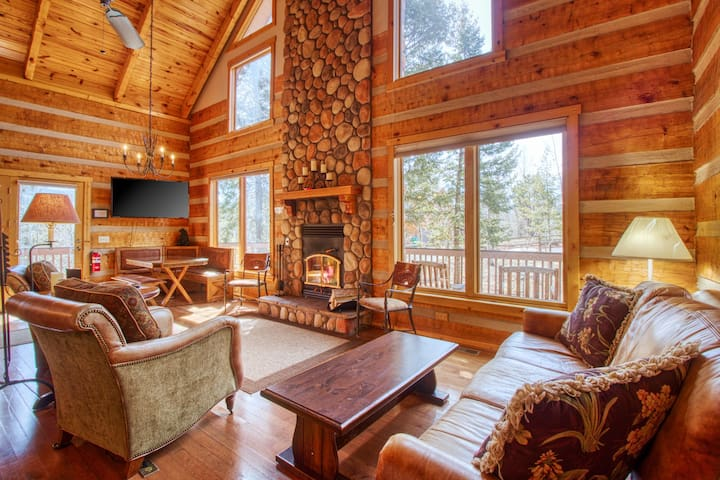 Log cabin in the heart of Woodland Park - Brand new hot tub & private sauna