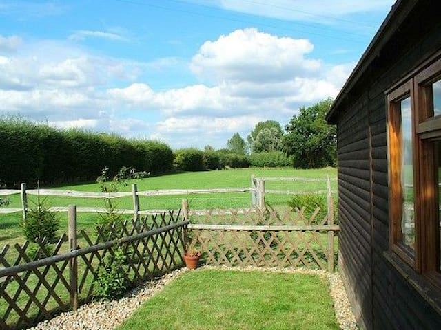 Grapevine Lodge Sleeps 3 Surrounded by the picturesque farmland of the Weald. - Five Oak Green - Ev
