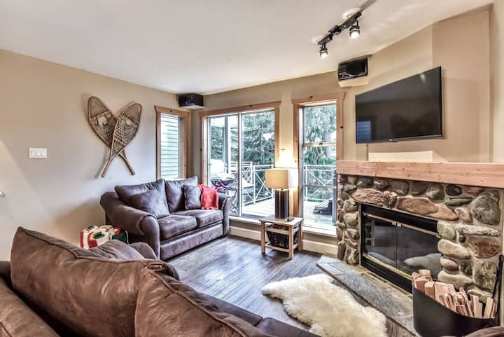 Rustic 2BR, Private Hot Tub, BBQ,  Steps to Slopes