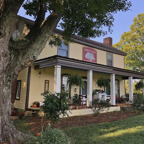 House of Cedar: Private Suite With Historic Charm