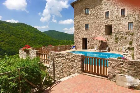 Macerino Castle:Terrazza Grande/17 kms/Spoleto - Castillo