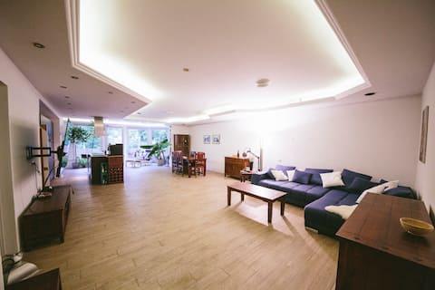 バルコニー付きの豪華で広くて日当たりの良いアパート