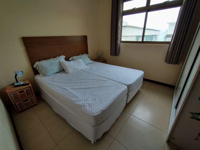 Quarto 2 possui 1 cama de solteiro e 1 bicama.