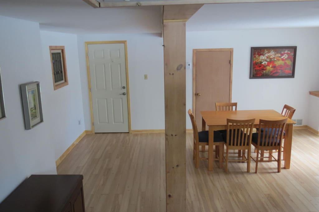 Un grand espace à vivre, des volumes généreux, une luminosité agréable et un parquet et décor bois bien canadiens. Large place to live with much light and beautiful wood floor.