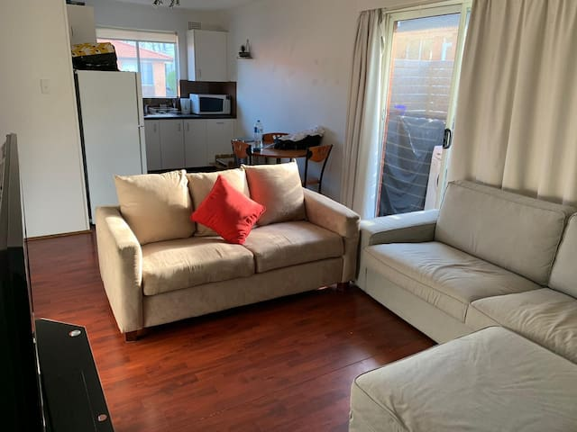 Private cozy room steps from Dee Why beach