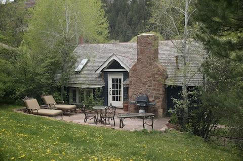 Historic Cottage on Private Estate, Pool & Tennis