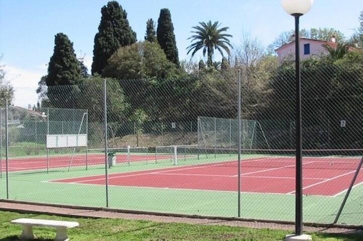 2 terrains de tennis dans la résidence