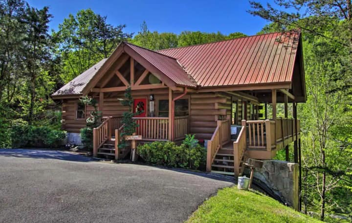 Cabin w/ private hot tub, games, grill, fireplace!