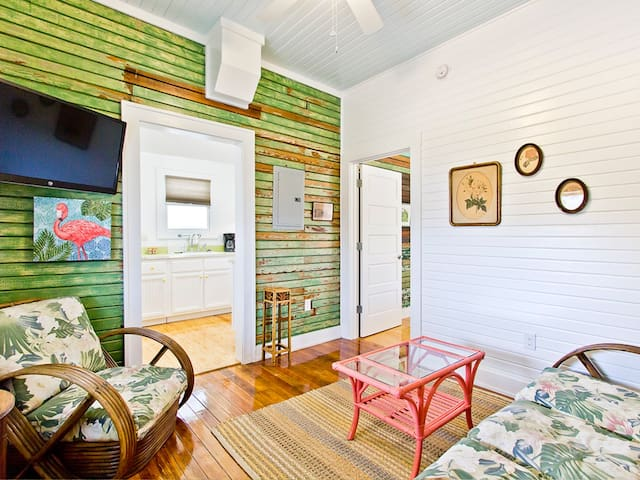 1930's Renovated Furnished Apartment, Hardwood Floors, Only Steps to Beach - Beachwalk 5
