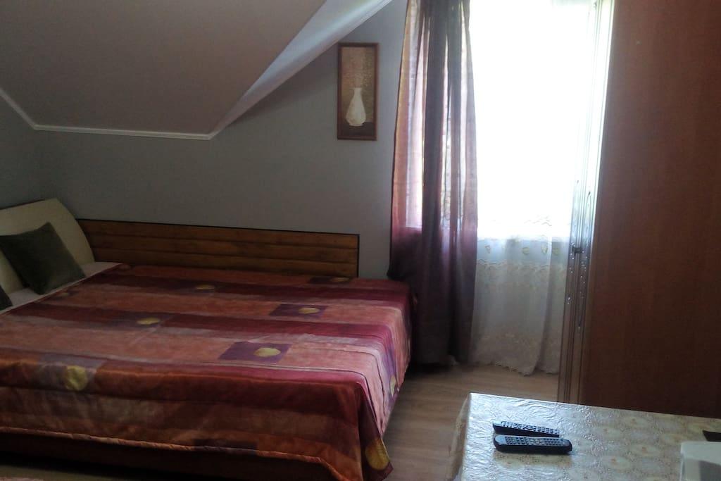 Двуспальная кровать в 3-х местном номере.