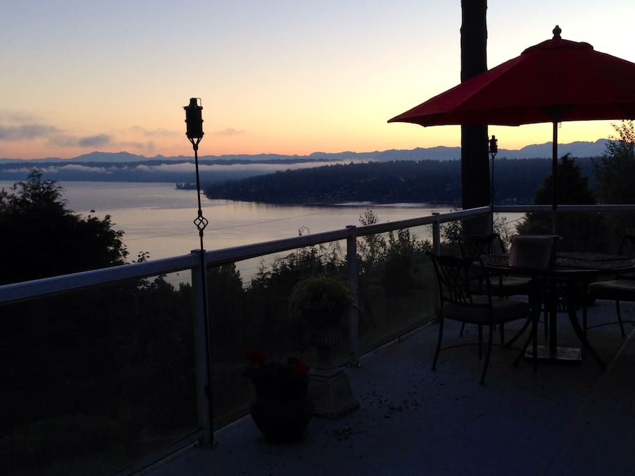 View of lake Sammamish and Cascade mountain at sunrise