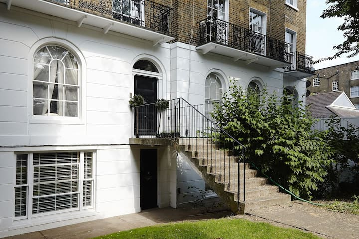 STYLISH & HISTORIC GARDEN FLAT - Central Location