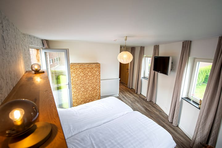 Slaapkamer met een dakterras